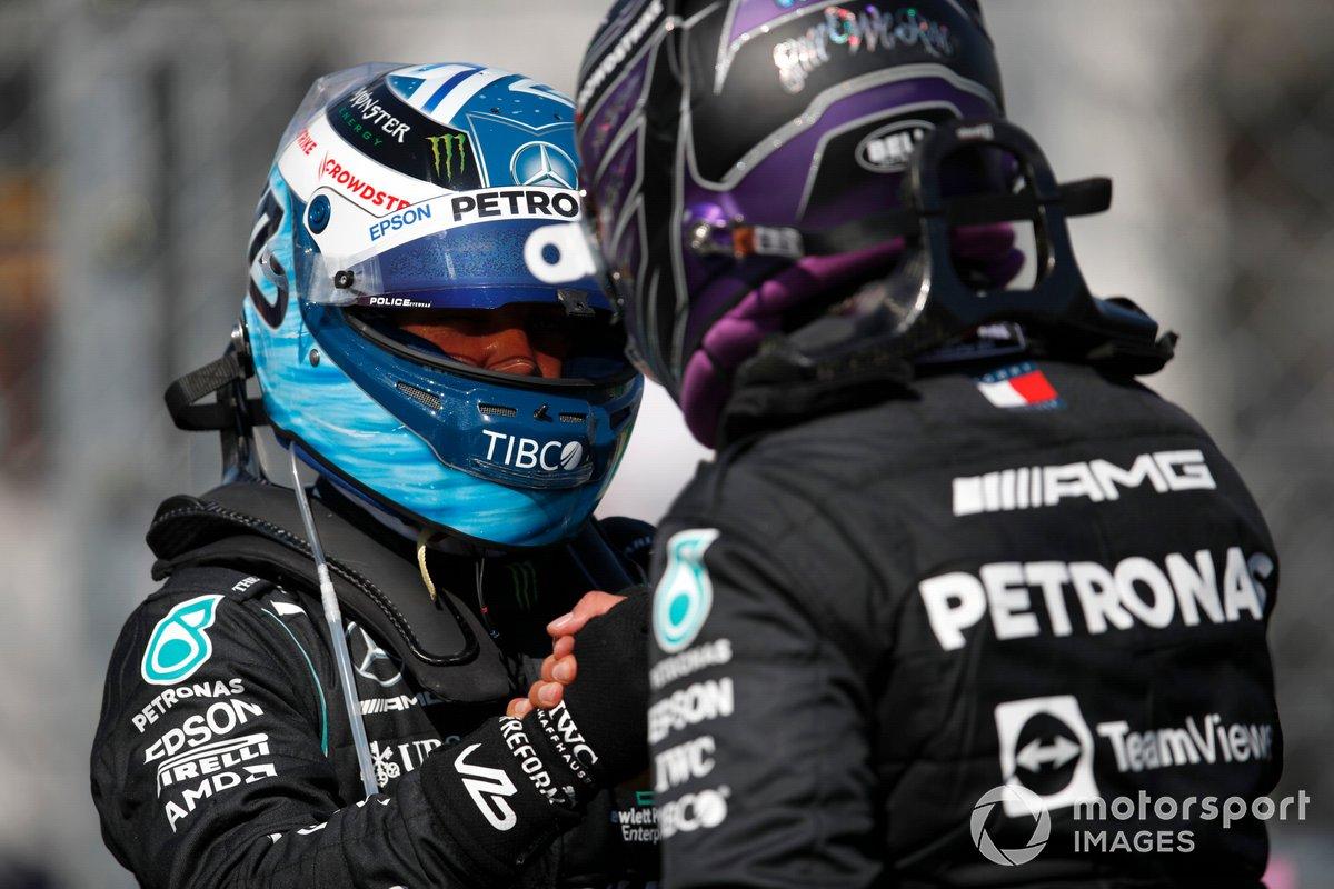 Ganador de la pole Lewis Hamilton, de Mercedes, y Valtteri Bottas, de Mercedes, se felicitan mutuamente tras cerrar la primera fila