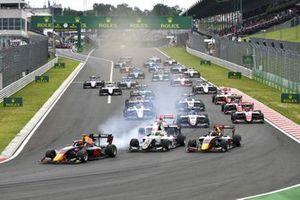 Jonny Edgar, Carlin Buzz Racing, Lorenzo Colombo, Campos Racing and Ayumu Iwasa, Hitech Grand Prix at the start of the race