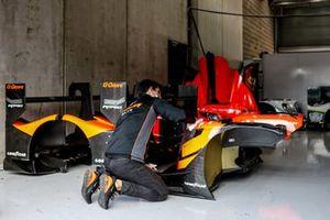 Meccanici G-Drive Racing al lavoro
