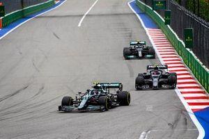 Sebastian Vettel, Aston Martin AMR21, Pierre Gasly, AlphaTauri AT02, en Valtteri Bottas, Mercedes W12.