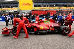 Carlos Sainz Jr., Ferrari SF21, arriveert op de grid