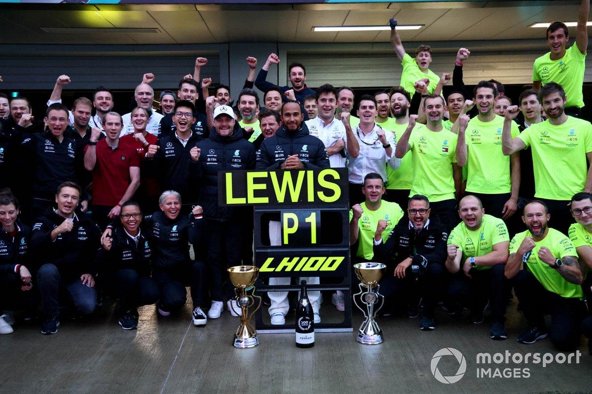 Valtteri Bottas, Mercedes, el ganador Lewis Hamilton, Mercedes, y el equipo Mercedes celebran las 100 victorias de Hamilton en F1