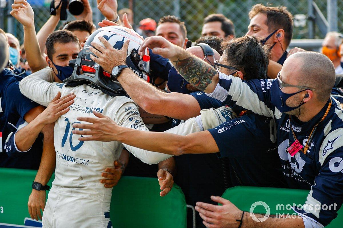 Ganador Pierre Gasly, AlphaTauri, celebra con el equipo