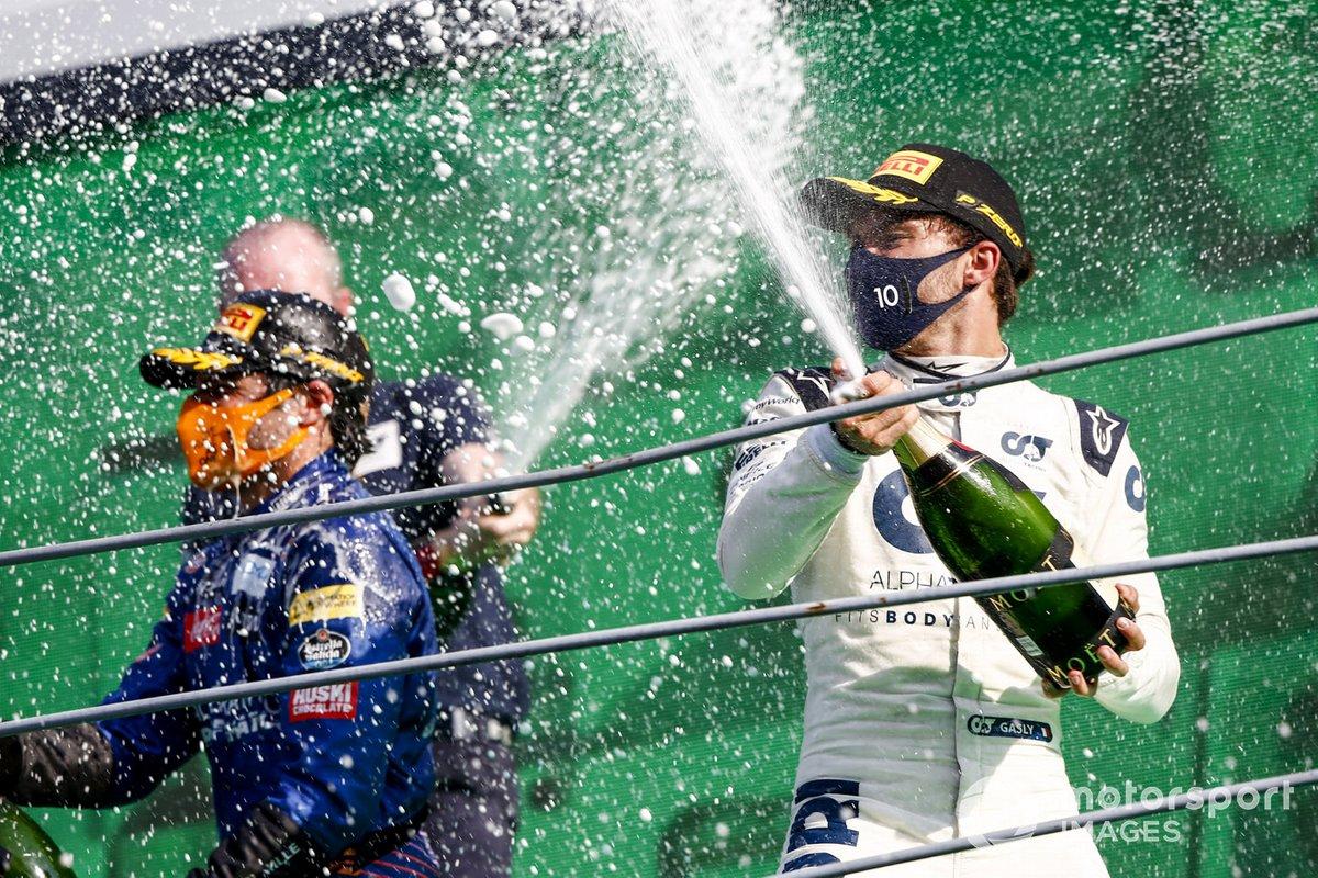 Podio: segundo lugar Carlos Sainz Jr., McLaren, ganador Pierre Gasly, AlphaTauri