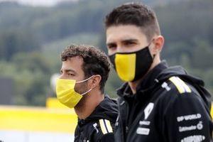 Daniel Ricciardo, Renault F1, e Esteban Ocon, Renault F1