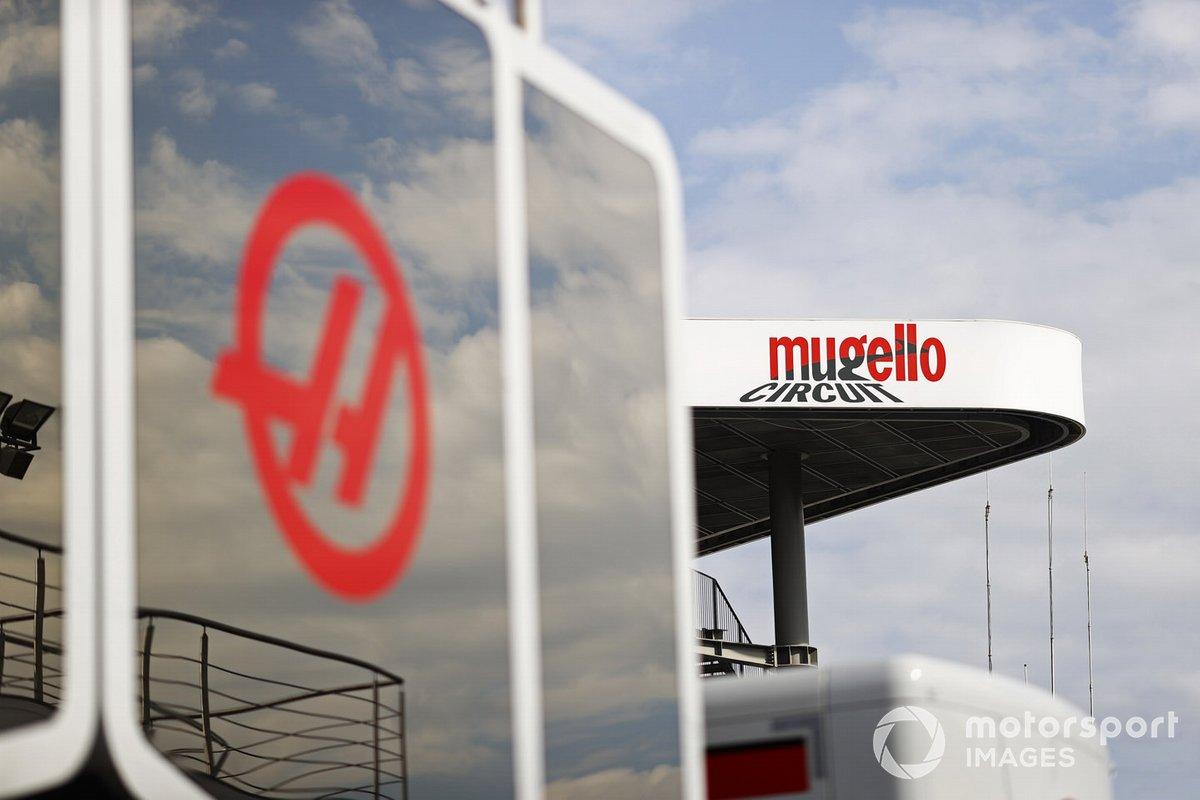 Логотим «Муджелло» на фоне моторхоума Haas