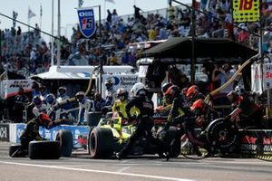 Santino Ferrucci, Dale Coyne Racing with Vasser Sullivan Honda, pit stop