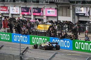 Daniel Ricciardo, Renault F1 Team R.S.20, 3ª posición, cruza la línea para el deleite de su equipo