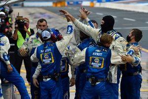 El equipo Hendrick Motorsports celebran