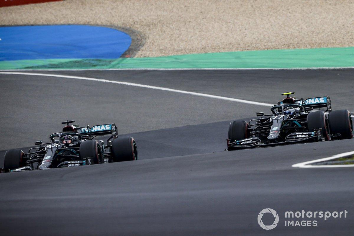 Lewis Hamilton, Mercedes F1 W11, passa Valtteri Bottas, Mercedes F1 W11, che si ritira dalla gara per perdita di potenza del motore