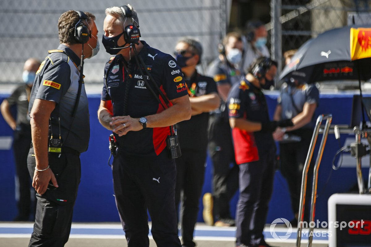 Christian Horner, Director de Equipo, Red Bull Racing, habla con Jonathan Wheatley, Director de Equipo, Red Bull Racing