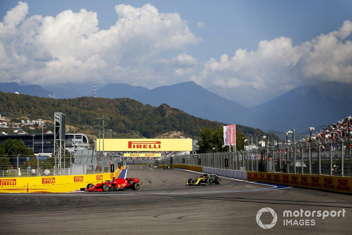 Sebastian Vettel, Ferrari SF1000, Esteban Ocon, Renault F1 Team R.S.20, Daniel Ricciardo, Renault F1 Team R.S.20