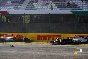 Carlos Sainz Jr., McLaren MCL35 y Kevin Magnussen, Haas VF-20, después de chocar