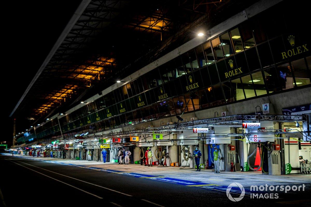 El pitlane de Le Mans de noche