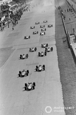 Jack Brabham, Brabham BT24 Repco, leads Bruce McLaren, McLaren M5A BRM, Dan Gurney, Eagle T1G Weslake, and the rest of the field at the start of the race