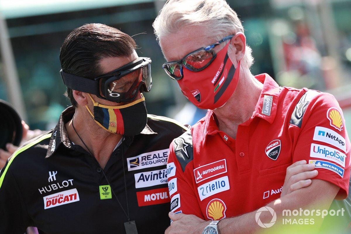 Paolo Ciabatti, Ducati Corse Sporting Director, escucha a Rubén Xaus, de Avintia