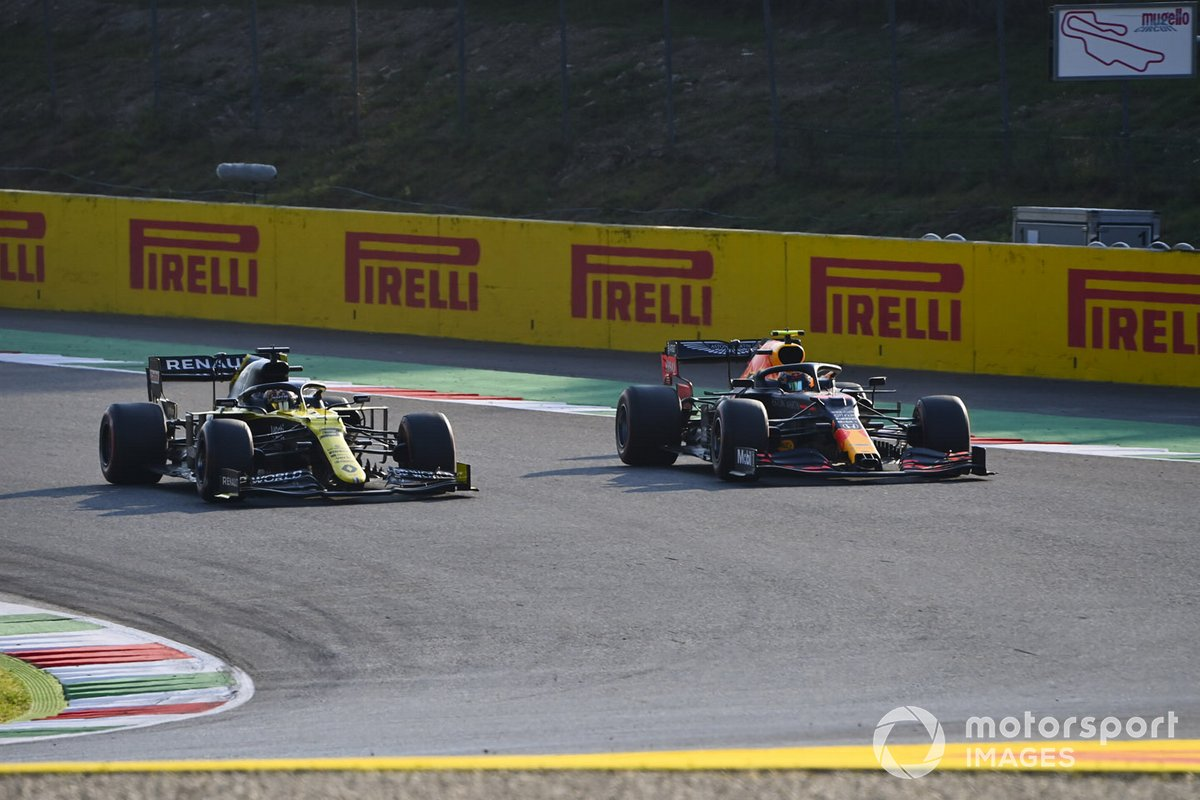 Daniel Ricciardo, Renault F1 Team R.S.20, in battaglia con Alex Albon, Red Bull Racing RB16