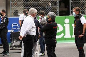Ross Brawn, Managing Director of Motorsports, FOM, and Masashi Yamamoto, General Manager, Honda Motorsport, on the grid