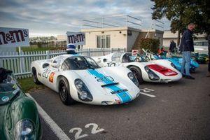 Deux Porsche 910 dans le paddock