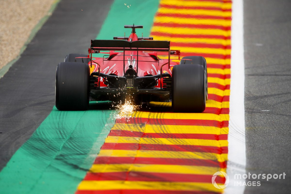 Le scintille volano dell'auto di Sebastian Vettel, Ferrari SF1000