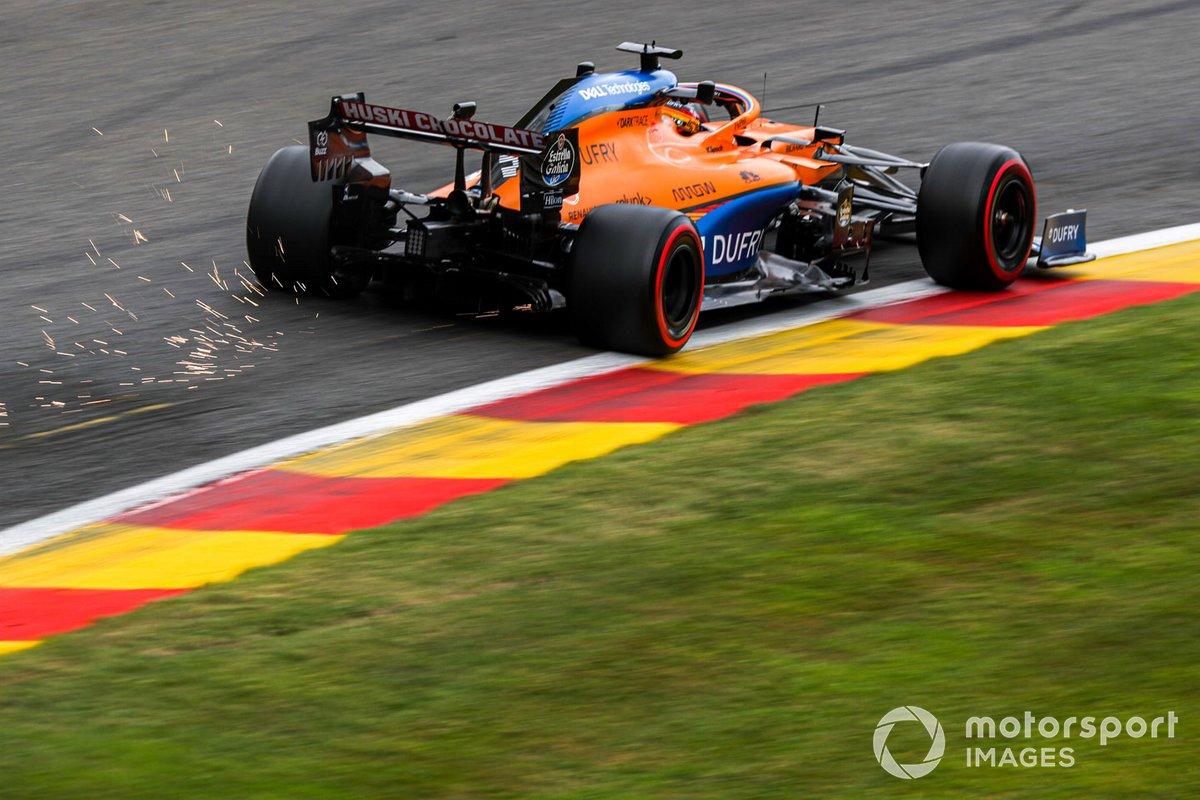 Carlos Sainz Jr., McLaren MCL35 saca chispas