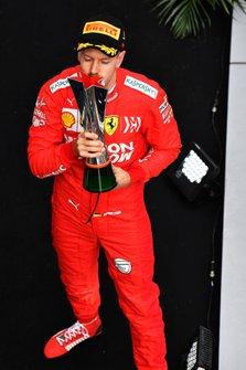Себастьян Феттель, Ferrari, третя позиція, з кубком