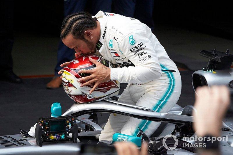 Lewis Hamilton, Mercedes AMG F1, vincitore, festeggia al Parco Chiuso