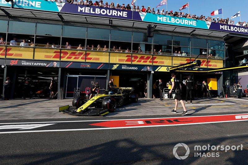 Daniel Ricciardo, Renault F1 Team R.S.19, esce dal box