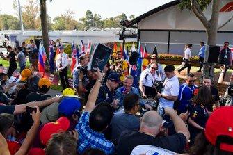 Max Verstappen, Red Bull Racing, deelt handtekeningen uit aan fans