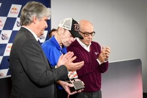 FIM Başkanı Jorge Viegas ve Dorna CEO Carmelo Ezpeleta ve Hayden'ın babası, Earl, ve 69 numara anısına bir biblo
