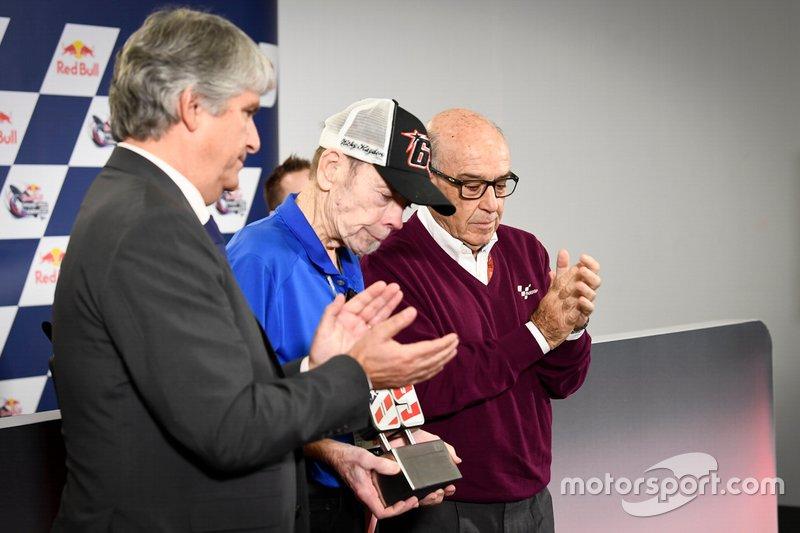 Il Presidente della FIM Jorge Viegas, e il CEO della Dorna Carmelo Ezpeleta consegnano al padre di Hayden, Earl, un numero 69 commemorativo