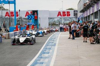 Oliver Rowland, Nissan e.Dams, Nissan IMO1, Antonio Felix da Costa, BMW I Andretti Motorsports, BMW iFE.18, percorrono la pitlane