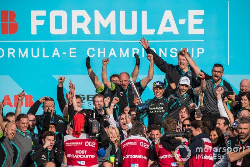 Mitch Evans, Panasonic Jaguar Racing, 1st position, celebrates with the team
