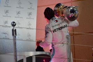 Lewis Hamilton, Mercedes AMG F1, vainqueur, quitte le podium avec son trophée