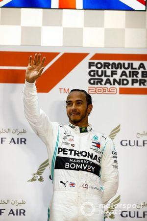 Le vainqueur, Lewis Hamilton, Mercedes AMG F1, sur le podium