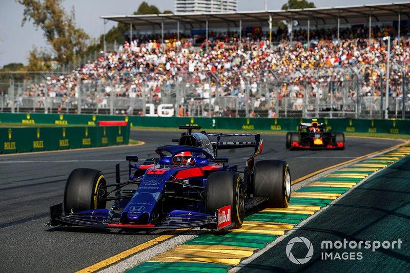 Daniil Kvyat, Toro Rosso STR14, precede Pierre Gasly, Red Bull Racing RB15