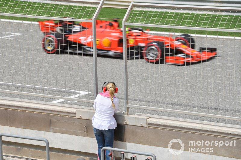 Corinna Schumacher, osserva il figlio Mick Schumacher, Ferrari SF90, dal muretto box