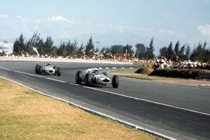 John Surtees leads Lorenzo Bandini, NART Ferrari 158