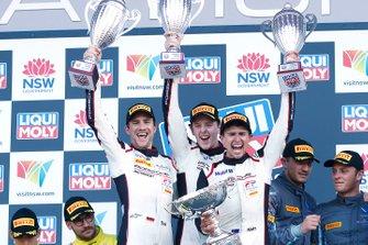 Podio: ganadores #912 EBM Porsche 911 GT3-R: Dirk Werner, Dennis Olsen, Matt Campbell celebran