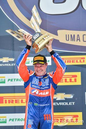Rubens Barrichello celebra su segundo lugar en Velopark