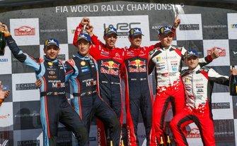 Подіум: переможці Себастьян Ож'є та Жюльєн Інграссія, Citroën World Rally Team Citroen C3 WRC, друге місце Тьєррі Ньовілль та Ніколя Жільсуль, Hyundai Motorsport Hyundai i20 Coupe WRC, третє місце Отт Тянак та Мартін Ярвеоя, Toyota Gazoo Racing WRT Toyota Yaris WRC