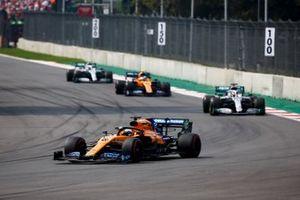 Carlos Sainz Jr., McLaren MCL34, Lewis Hamilton, Mercedes AMG F1 W10, Lando Norris, McLaren MCL34, y Valtteri Bottas, Mercedes AMG W10