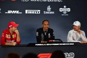 Sebastian Vettel, Ferrari, deuxième, Lewis Hamilton, Mercedes AMG F1, vainqueur, et Valtteri Bottas, Mercedes AMG F1, troisième, en conférence de presse