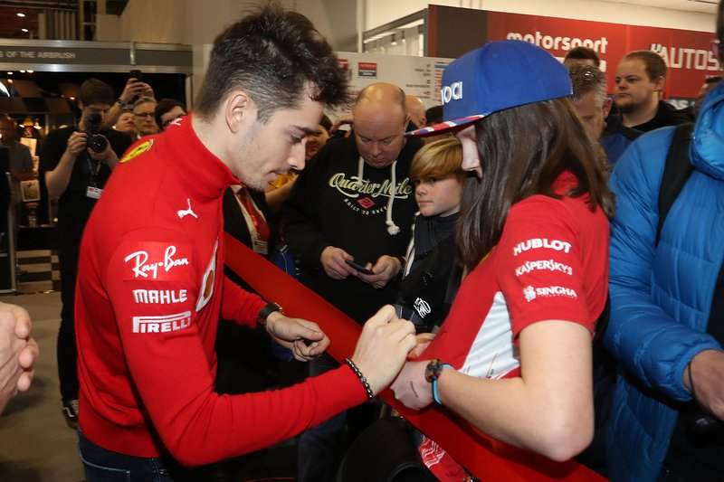 Charles Leclerc, Ferrari firma autografi per gli appassionati prima dell'apertura di Autosport International 2020