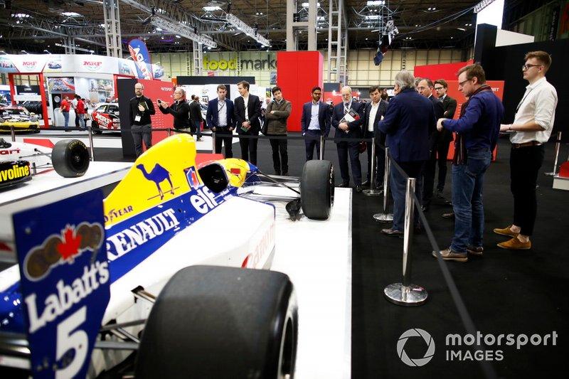 Giorgio Piola di Motorsport Network accompagna gli ospiti in una visita guidata alle auto storiche di F1 nell'esposizione Motorsport Decades