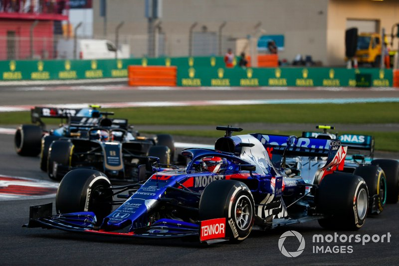 Daniil Kvyat, Toro Rosso STR14, precede Valtteri Bottas, Mercedes AMG W10