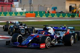 Daniil Kvyat, Toro Rosso STR14, voor Valtteri Bottas, Mercedes AMG W10