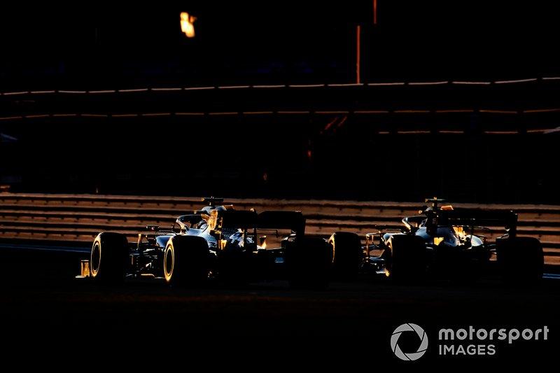 Lewis Hamilton, Mercedes AMG F1 W10, y Kevin Magnussen, Haas F1 Team VF-19