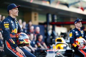 Max Verstappen, Red Bull Racing, en Alexander Albon, Red Bull Racing, tijdens de groepsfoto