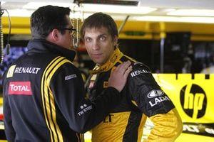 Виталий Петров, Renault R30, и Эрик Булье, глава команды Renault F1